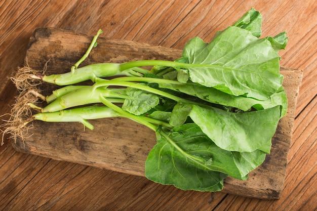 Verse boerenkoolsalade op houten lijst