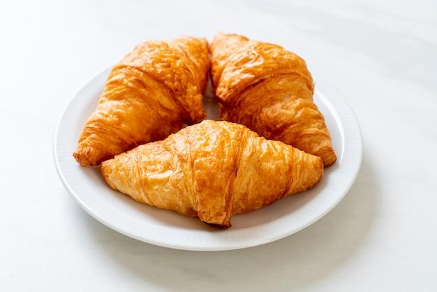 Verse boter croissants op plaat