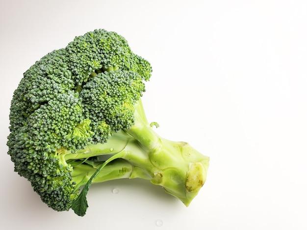 Verse broccoli geïsoleerd op wit
