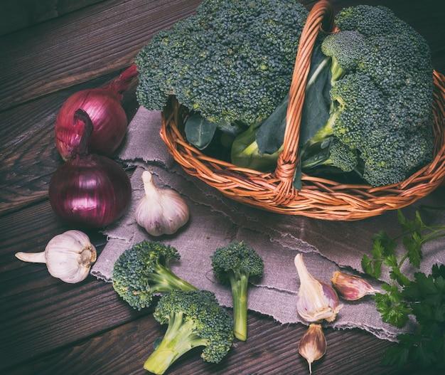 Verse broccoli in een bruine rieten mand