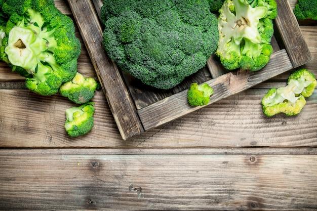 Verse broccoli in een houten doos. op een houten achtergrond.