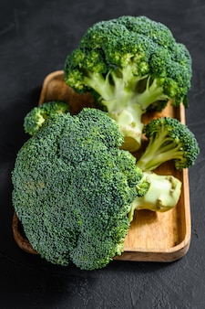 Verse broccoli in een houten kom. bovenaanzicht
