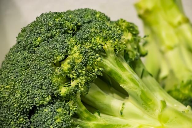 Verse broccoli op de boerenmarkt.