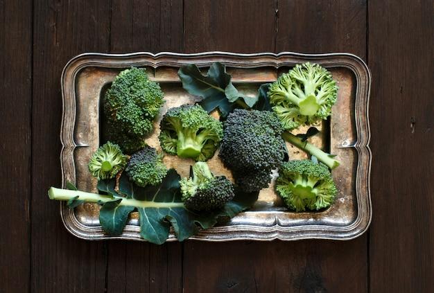 Verse broccoli op oude houten tafelblad bekijken
