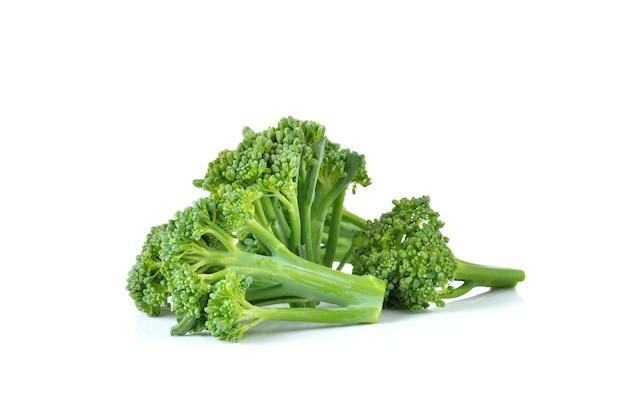Verse broccoli op witte muur