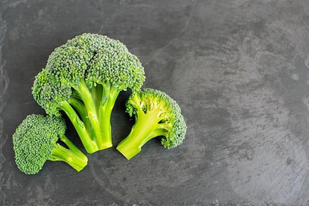 Verse broccoli op zwarte achtergrond. bovenaanzicht