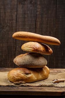 Verse broden met tarwe en gluten op een houten tafel
