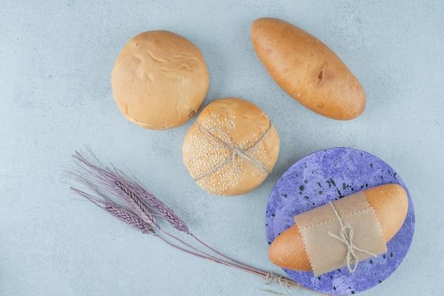 Verse broodjes en broodjes op steenoppervlakte