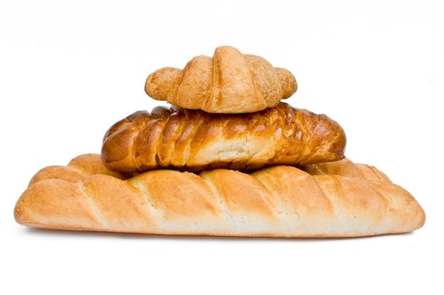 Verse broodjes in een mand op whitete