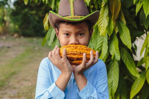 Verse cacaopeulen in de handen van een jongen