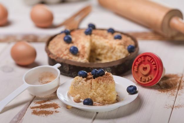 Verse cake met bosbessen op houten tafel