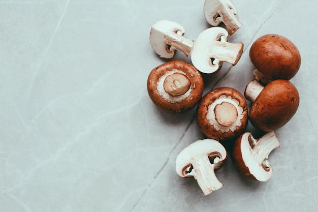 Verse champignonpaddestoelen op witte tafel bovenaanzicht. kopieer ruimte. voedsel concept