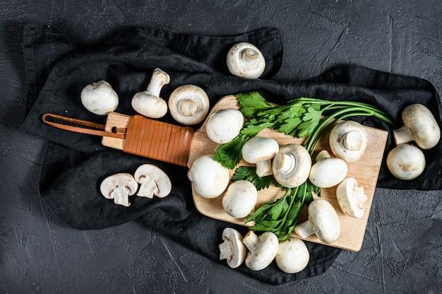 Verse champignons champignon op een houten snijplank.