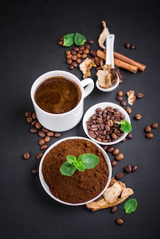 Verse champignons en koffiebonen op donker