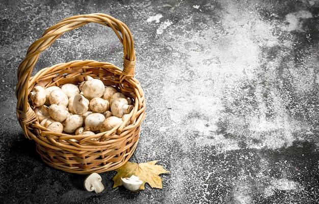Verse champignons in een mand.