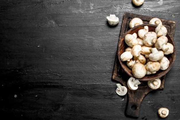 Verse champignons op het bord