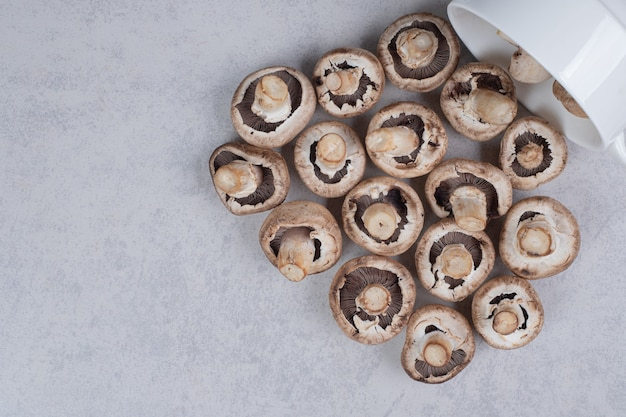 Verse champignons op witte plaat.