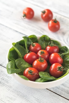 Verse cherry tomaten met spinazie bladeren