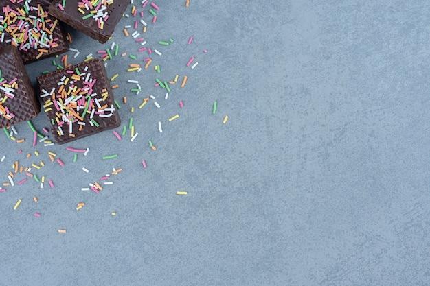Verse chocoladewafel op grijze achtergrond.