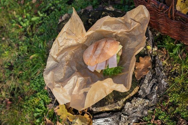Verse ciabatta baguettesandwiches met ham, kaas en sla op rustieke houten stomp