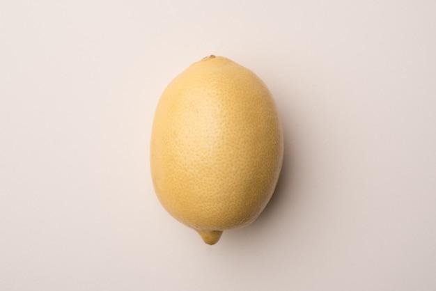 Verse citroen die over wit wordt geïsoleerd