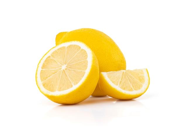 Verse citroen geïsoleerd op witte ruimte met uitknippad.