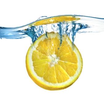 Verse citroen in het water gevallen met splash geïsoleerd op wit