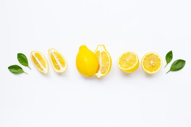 Verse citroen met bladeren die op wit worden geïsoleerd