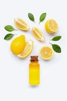 Verse citroen met citroenetherische olie op wit