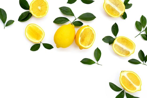Verse citroen met groene bladeren op witte achtergrond.