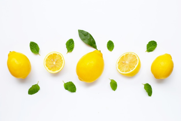Verse citroen met muntbladeren die op wit worden geïsoleerd