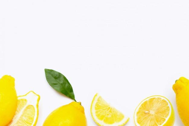 Verse citroen met plakjes geïsoleerd op wit.
