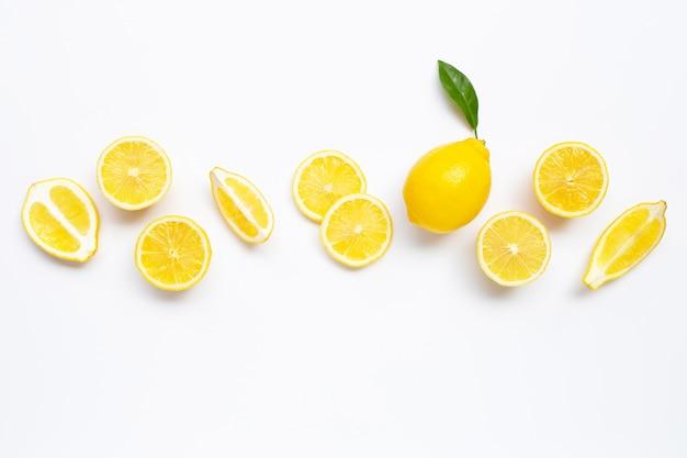 Verse citroen met plakjes op wit.
