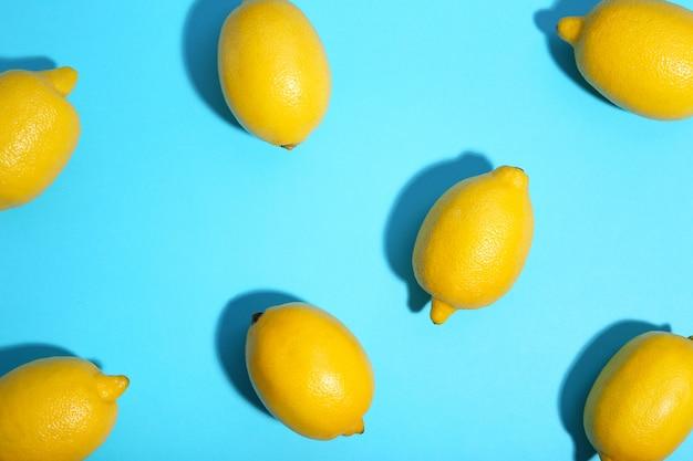 Verse citroen op blauwe achtergrond. tropisch fruit.