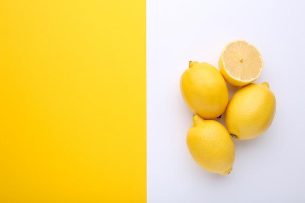 Verse citroen op kleurrijk, tropisch fruit.