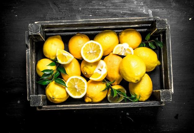 Verse citroenen in een houten kist