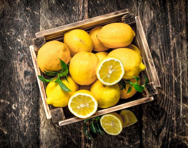 Verse citroenen in een oude doos
