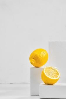 Verse citroenen op grijze tafel, minimalistisch concept met citroenen