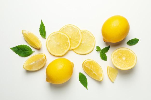 Verse citroenen op wit oppervlak. rijp fruit