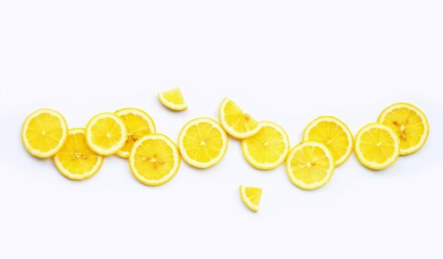 Verse citroenplakken geïsoleerd