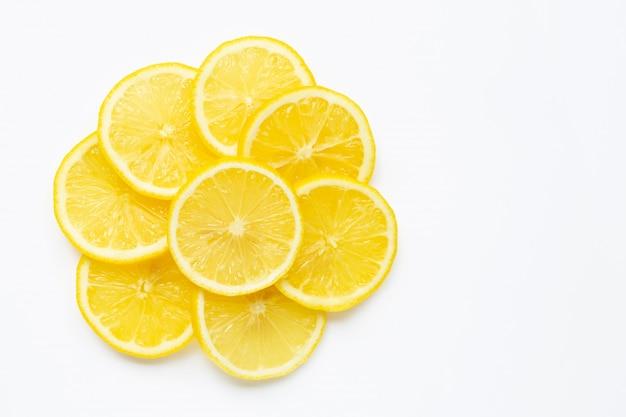 Verse citroenplakken op witte achtergrond.