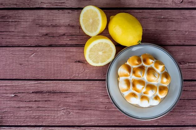 Verse citroentaart met meringue.