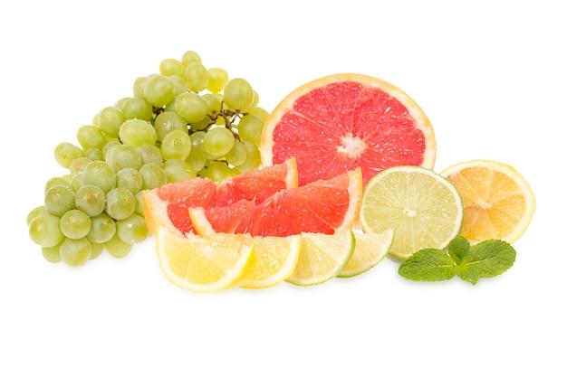 Verse citrusvruchten en druiven die op wit worden geïsoleerd