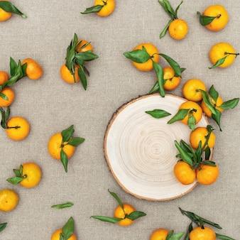 Verse citrusvruchten mandarijn of mandarijn op tafelkleed gemaakt van natuurlijke stof.