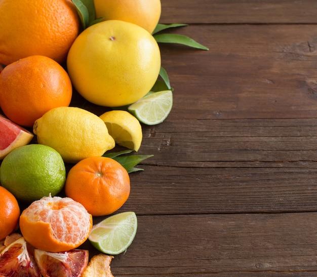 Verse citrusvruchten sinaasappelen, mandarijnen, citroenen, limoenen en grapefruits close-up met kopie ruimte