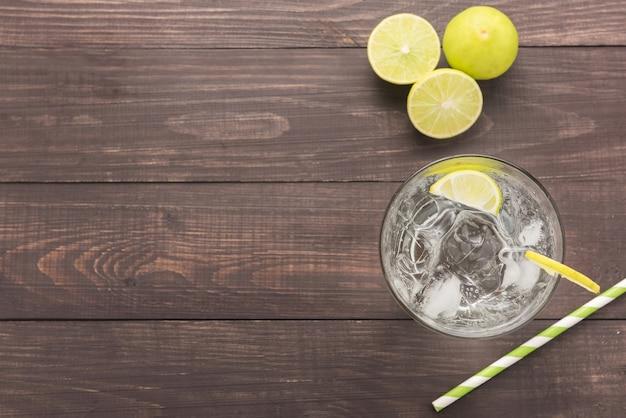Verse cocktail met frisdrank, limoen op een houten achtergrond