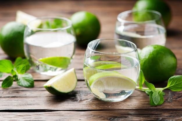 Verse cocktail met limoen en munt