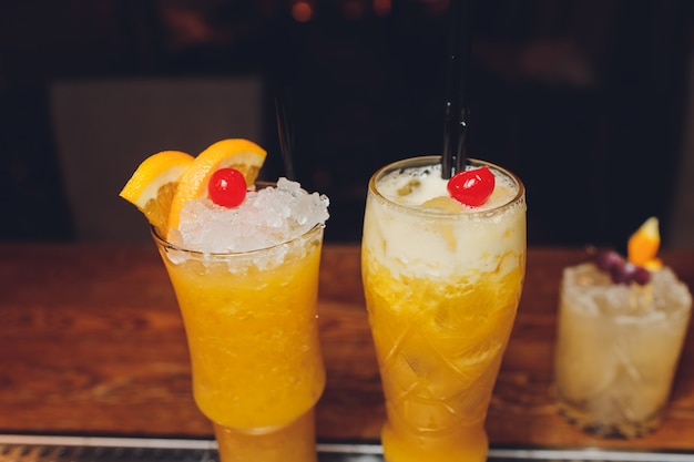 Verse cocktail met sinaasappel en ijs. alcoholische, niet-alcoholische drank-drank aan de bar in de nachtclub.