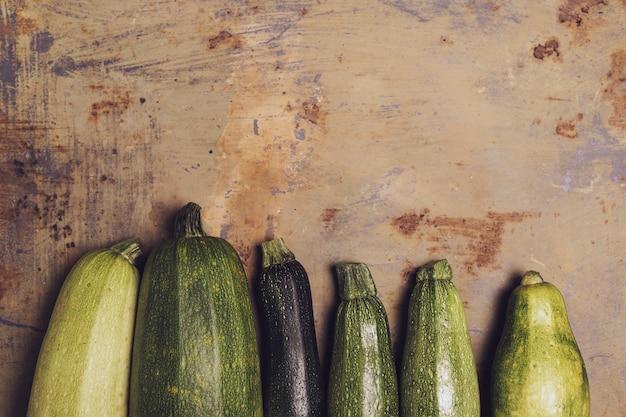 Verse courgette of groene courgette, verse landbouwproducten, zomerpompoen, overhead