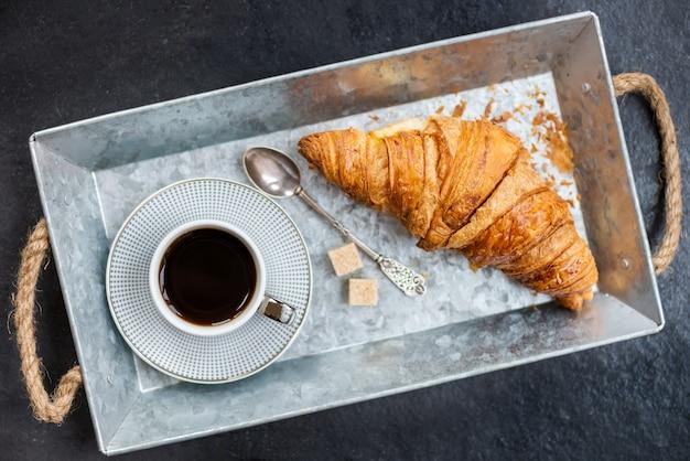 Verse croissant, kopje koffie